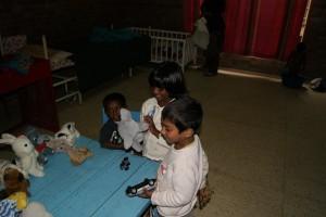 Barnen får leksaker.