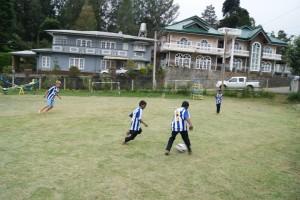 Spelar fotboll.