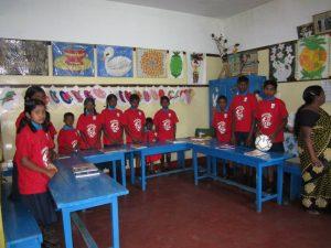 Skolan i Ragala. Barnen har fått tröjor från en fadder i Sverige.