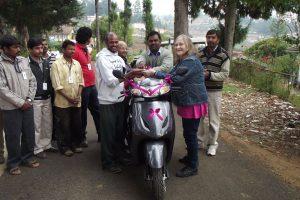 Margit lämnar över nycklarna till David. I bakgrunden syns även manager Gladson och co-ordinatior Rajkumar.