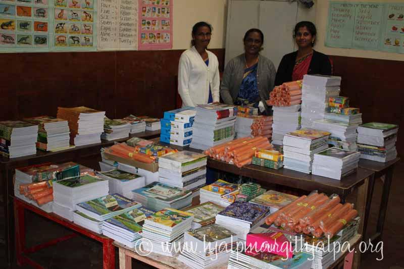 Skolstart fattiga barn på Smyrna Kotagiri Indien. Lärarna förbereder utdelning av skolmaterial.